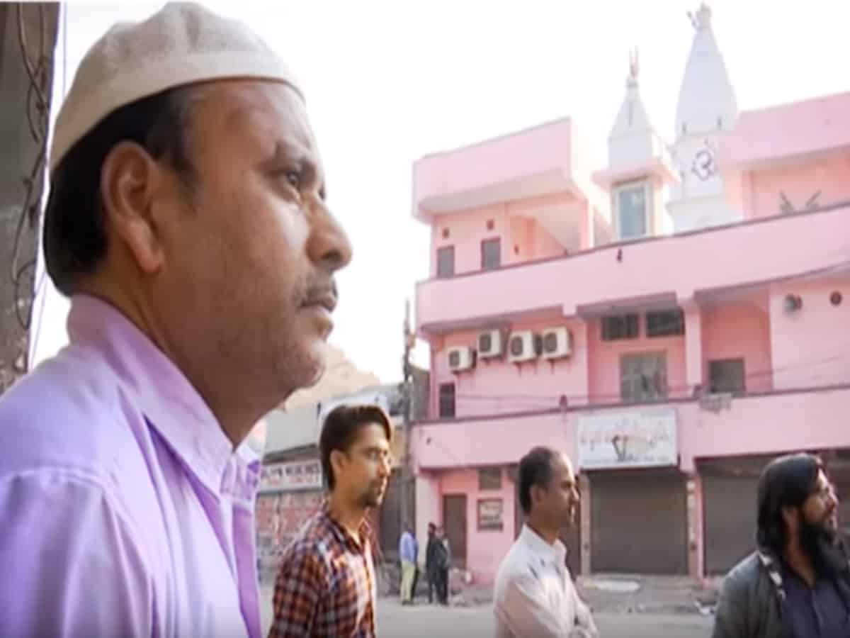 Photo of Delhi: Chand Bagh Muslims Protect Temple By Forming Human Chain