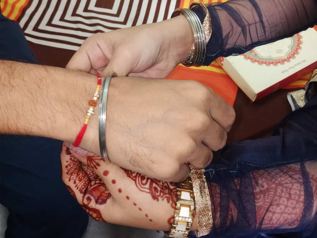 Photo of (India) Hindu, Muslim Students Tie Rakhis