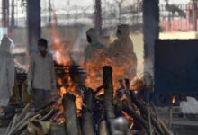 Photo of Muslim youth in Srinagar helps families by carrying out final rituals of those who succumbed to Covid
